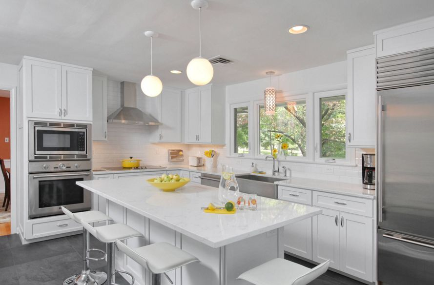 Superieur White Kitchen Design With A Quartz Countertop