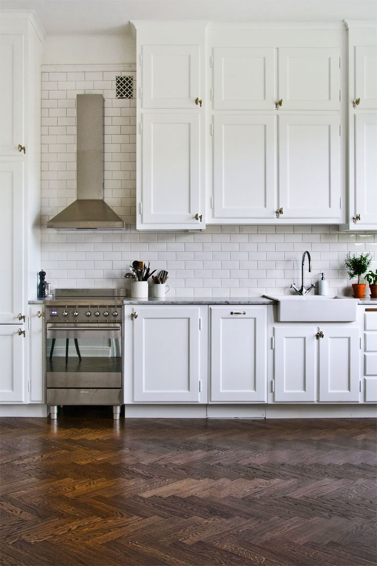 Charmant White Kitchen Design With A Rustic Floor
