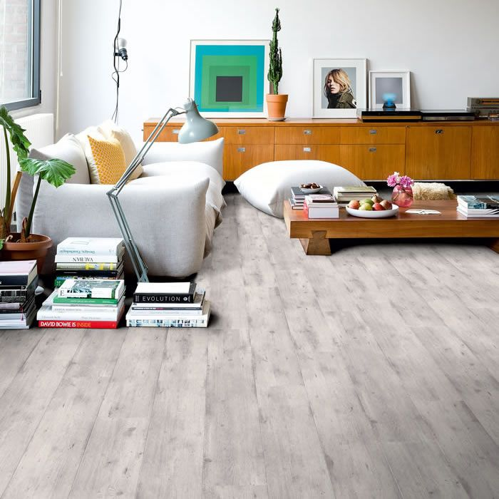 Delicieux Youtful Living Room With Laminate Floor