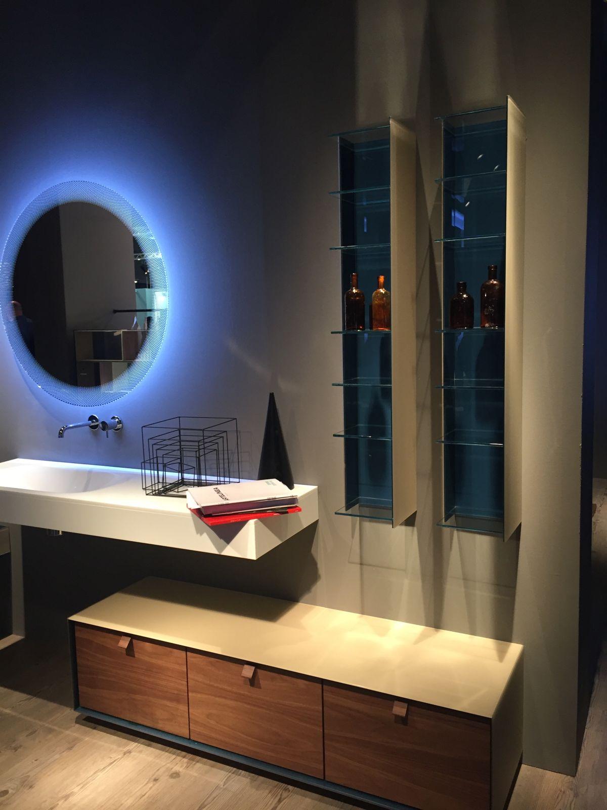 Artelinea bathroom design with mirror and vertical storage