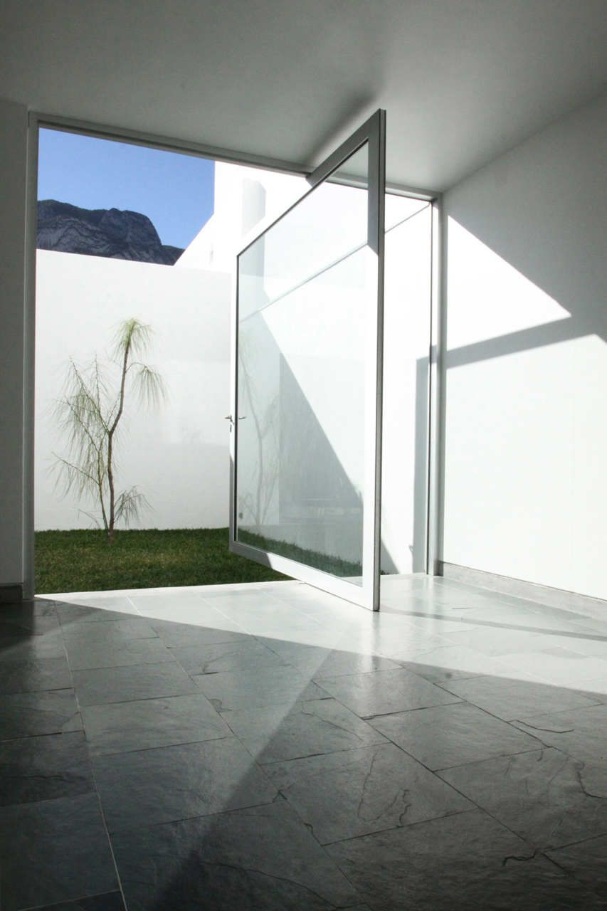 Casa for planos with a large glass pivot door