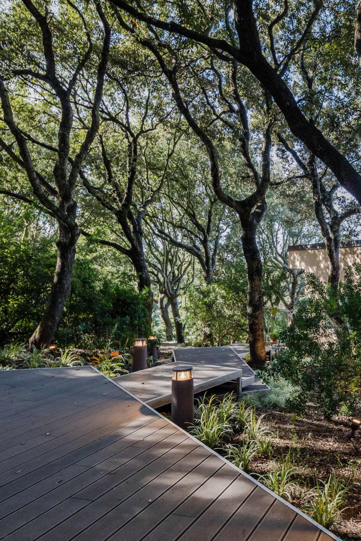 Casa nel Bosco deck continues into walkway