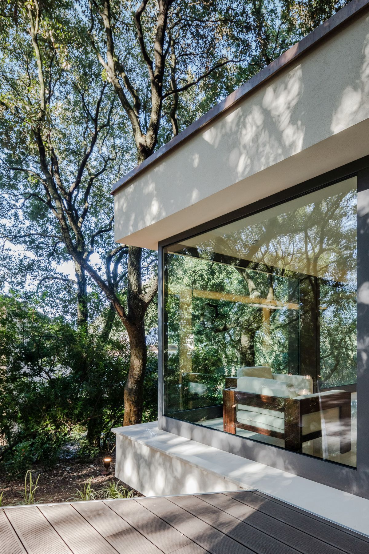 Casa nel Bosco large glass walls around the corner