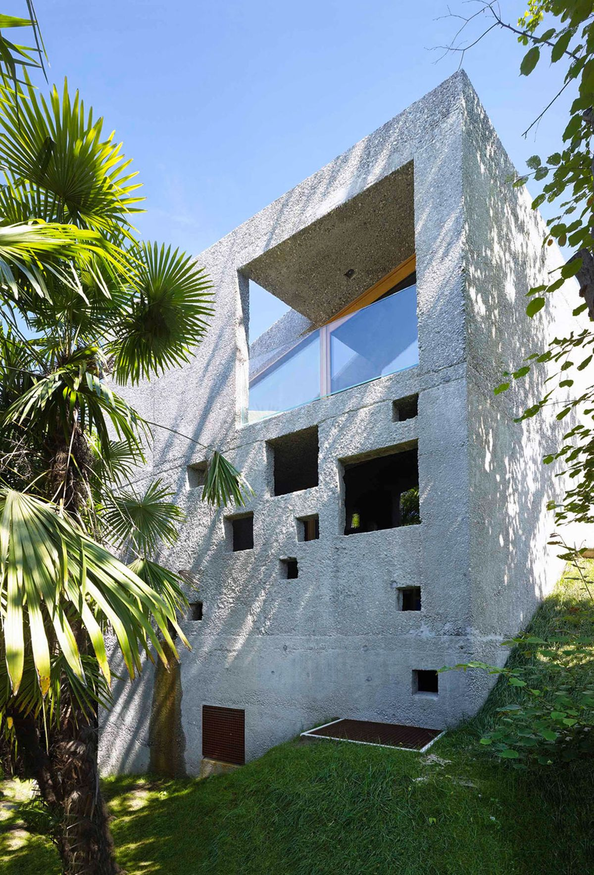 Concrete House in Caviano sloped plot