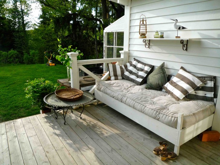 Outdoor porch beds that will make nature naps worth it cottage porch bed solutioingenieria Image collections
