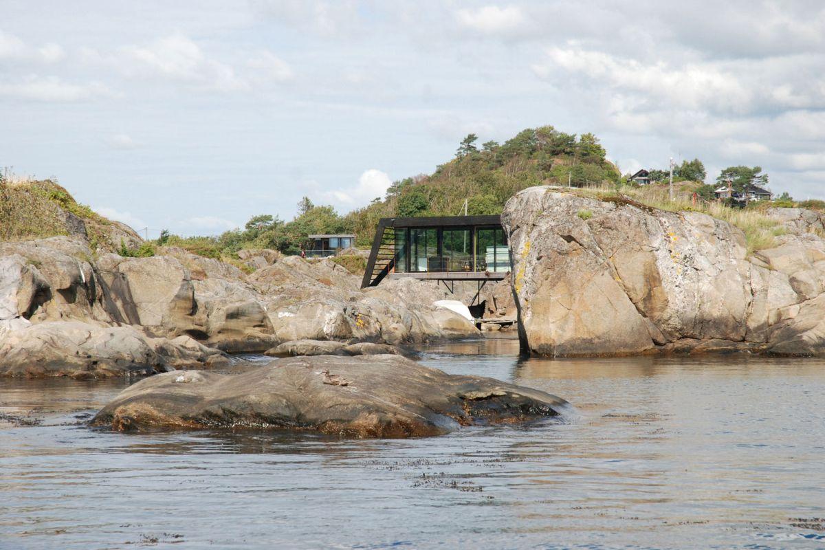 Lille Arøya holiday home rocky landscape