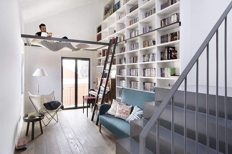Wohnzimmer mit ausgesetztem Netz