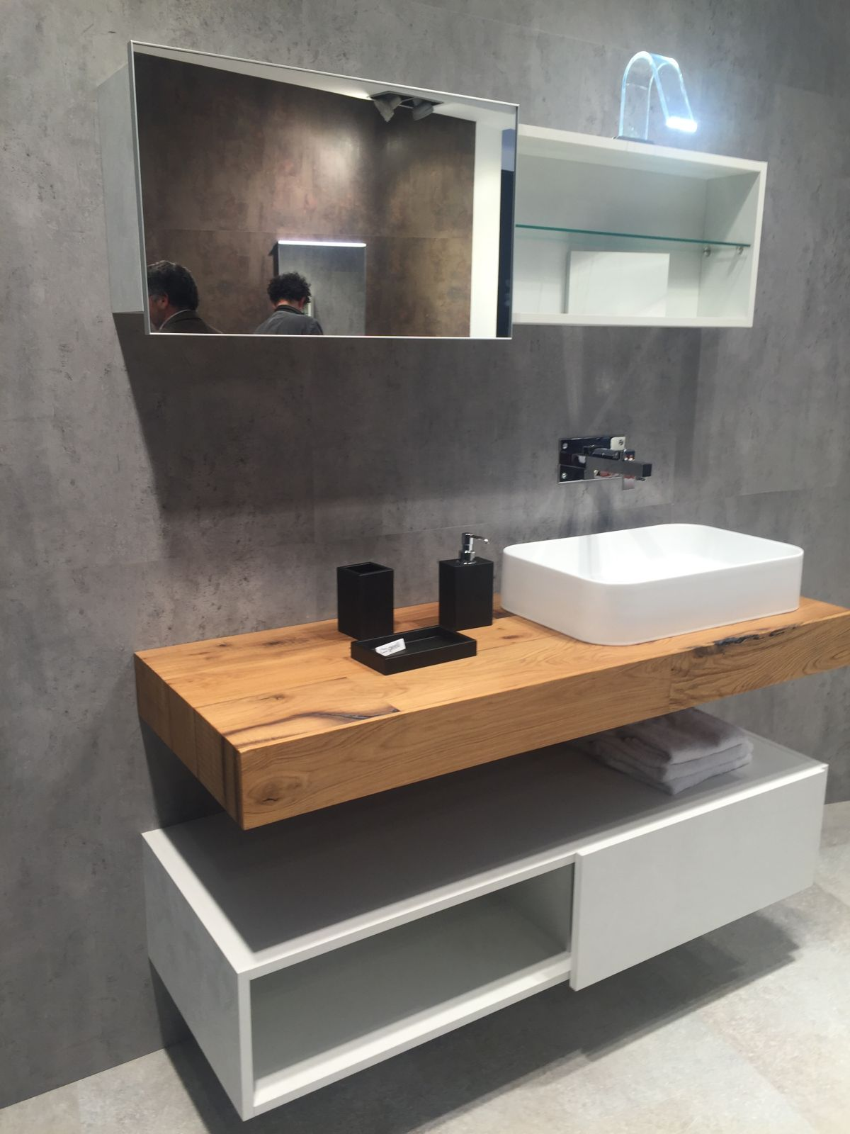 Stylish ways to decorate with modern bathroom vanities for Plan de travail salle de bain bois