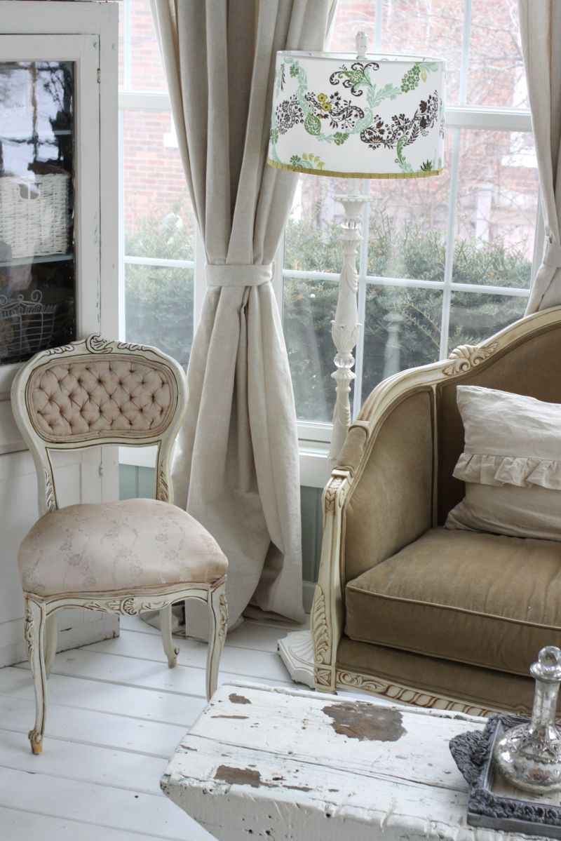 Tufted chair with a shabby chic style