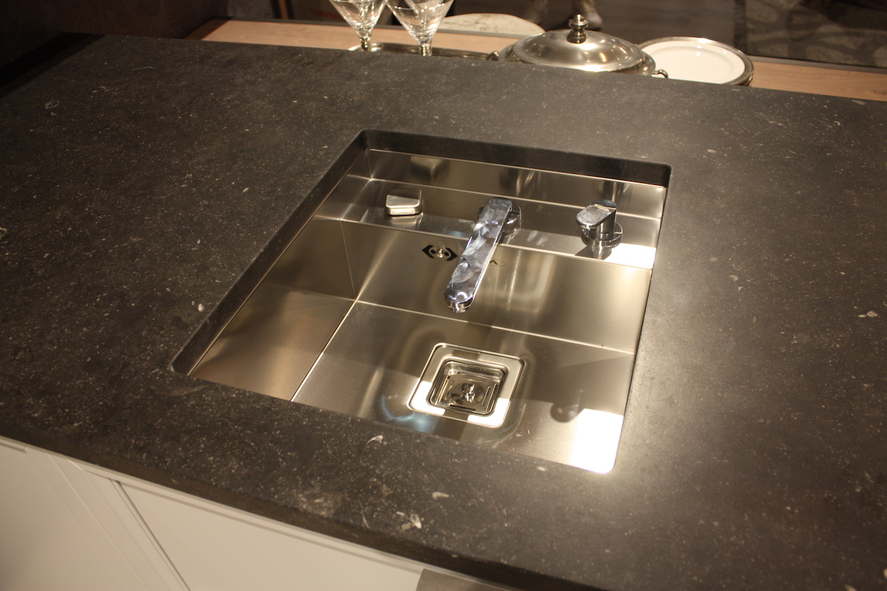 stosa retractible faucet sink
