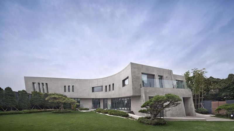 Curved House Rejuvenates The Surroundings With Its Fresh Design