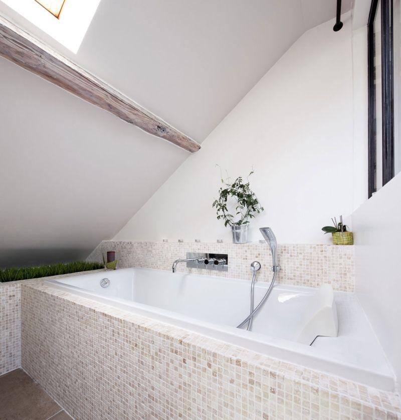 Attic apartment in France bathroom tub