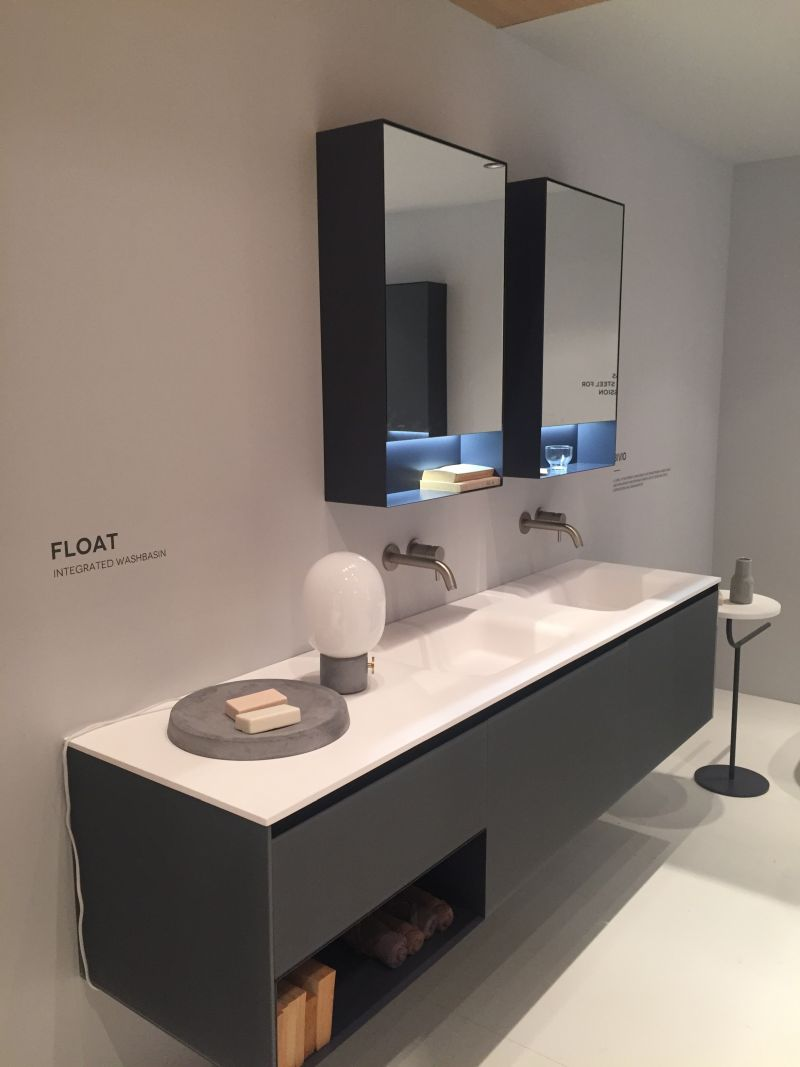 Float with integrated washbasin and storage for towels