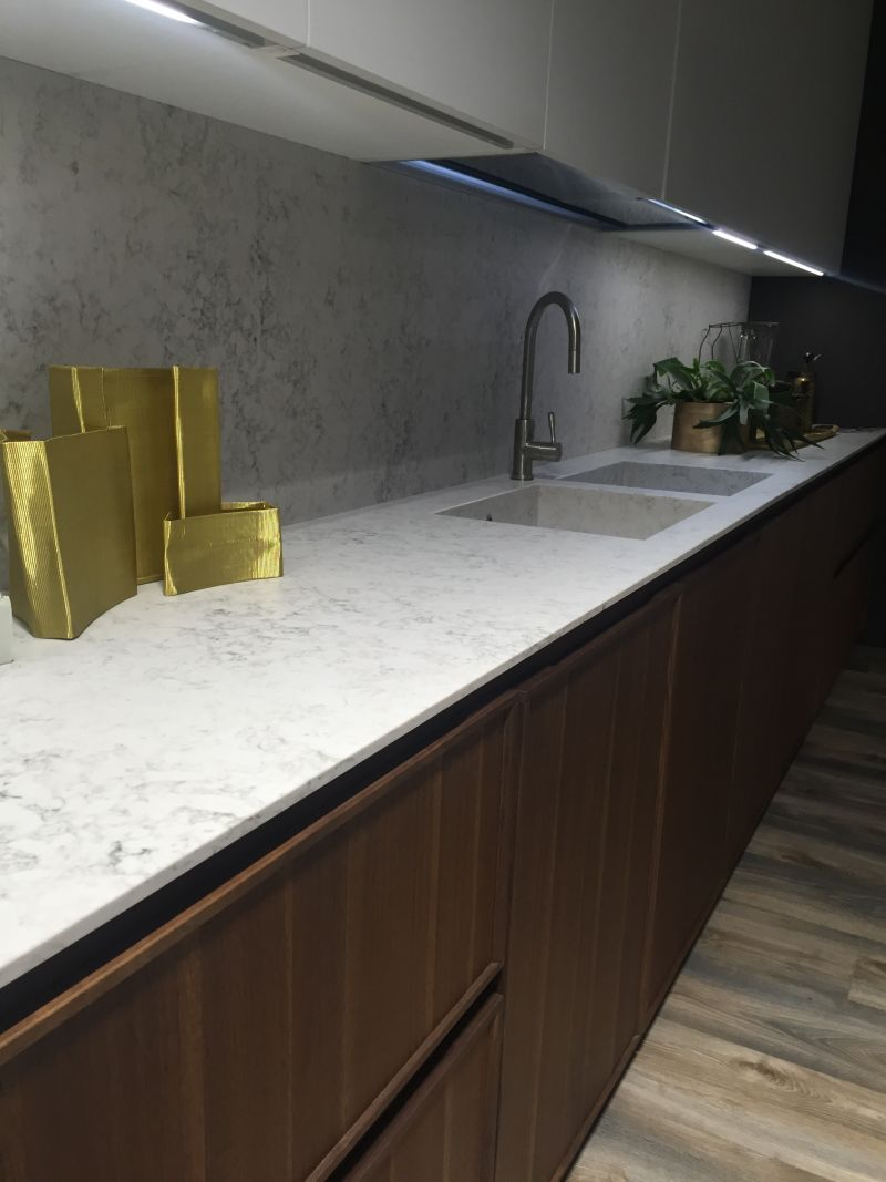 Merveilleux Marble Backsplash Decorated With Gold Accessories