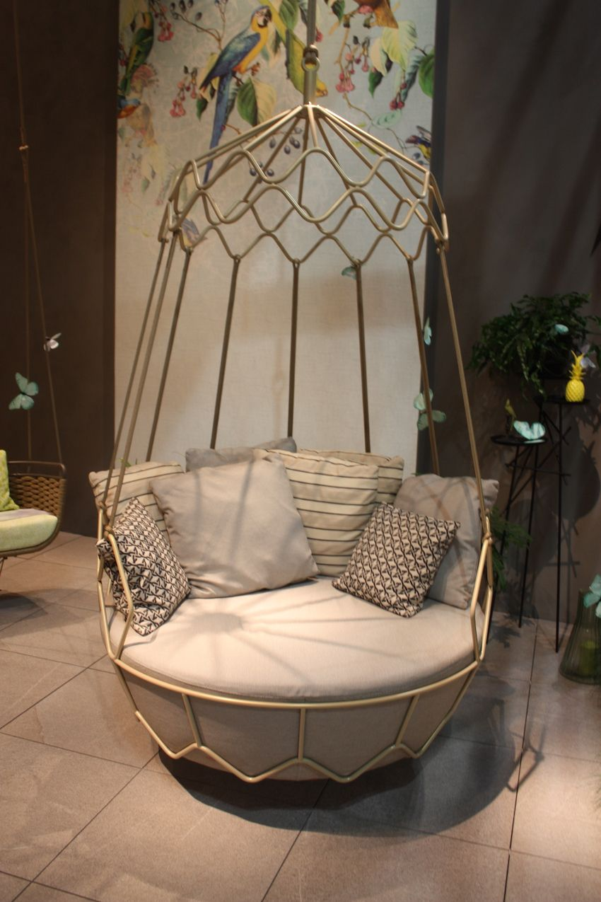 Roberti's Gravity collection includes this elegant swing-sofa, created in champagne colored steel. The round cushion and plentiful pillows make for a spectacular spot for outdoor cocooning!