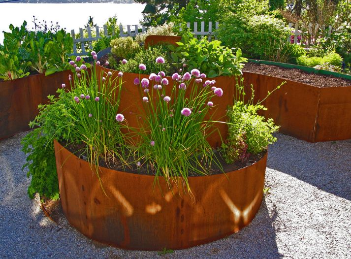 Metal planters heat rapidly and cause the soil to dry. This can damage the roots of the plants