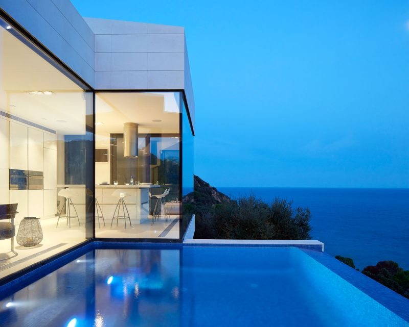 Modern residence in Catalunya infinity pool