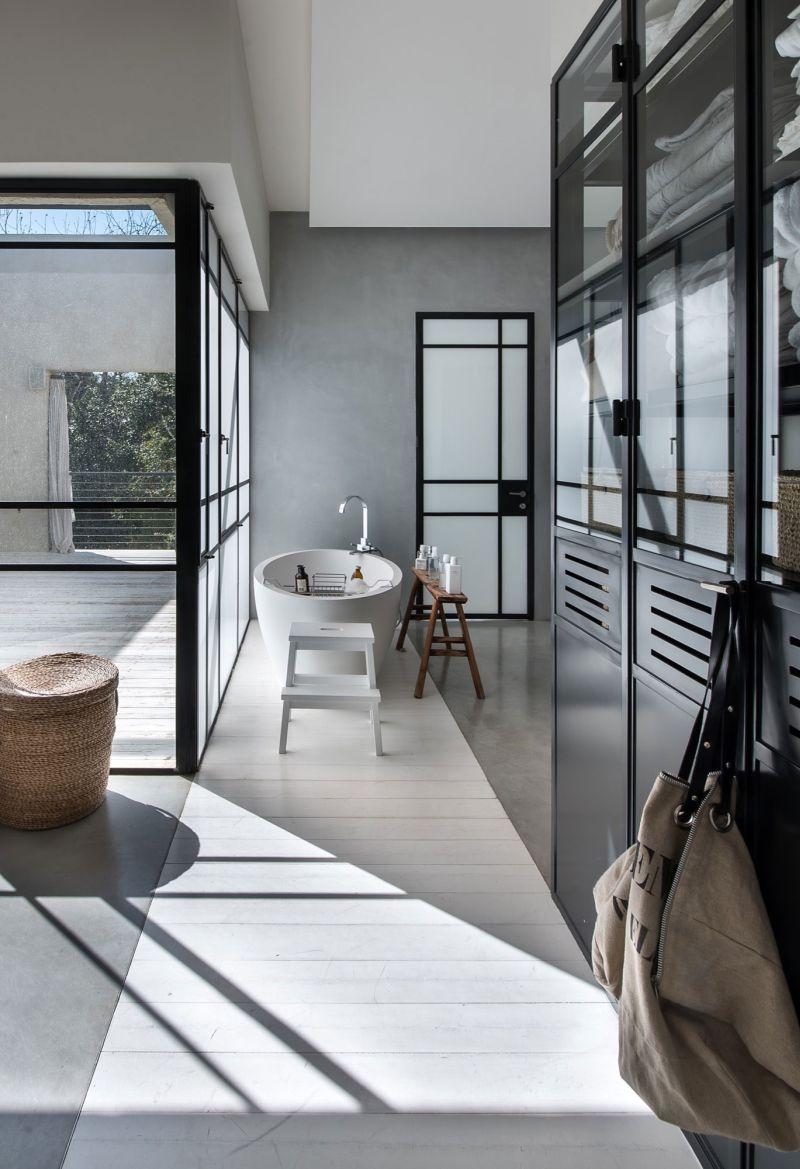 Savion Residence master bedroom tub