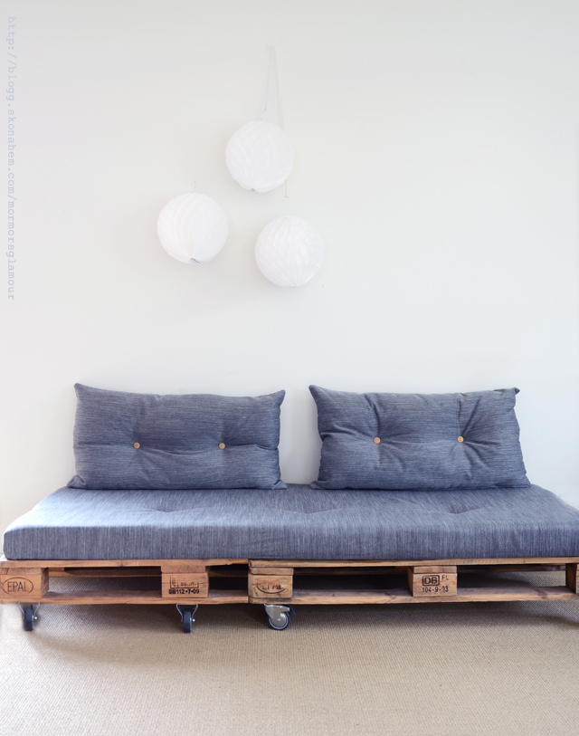 Sofa on wheels from pallets