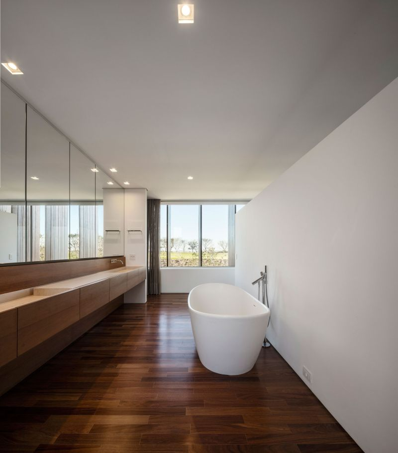 Summerhouse in Sao Paulo master bathroom