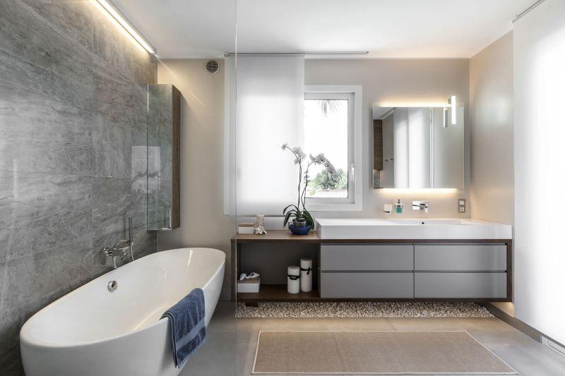 Villa in Bordighera master bathroom tub