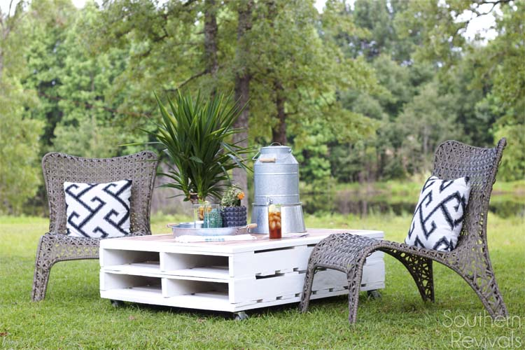 White outdoot coffee table from pallets