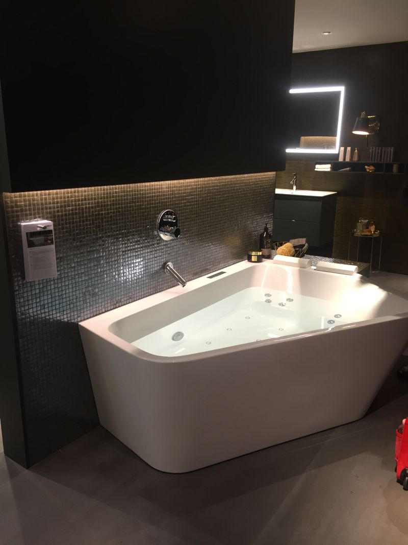 Amazing corner tub with an angle design