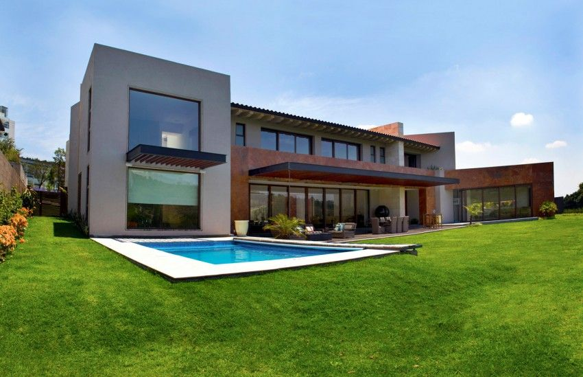 Casa bosque with small pool and lawn grass around