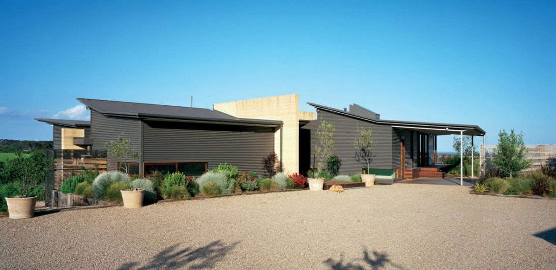 Contemporary gravel house driveway