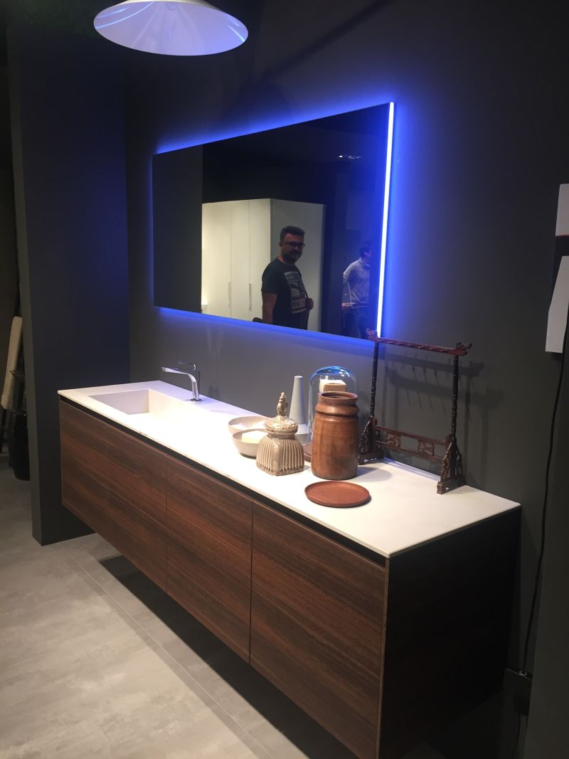 Cool LED light bathroom accents