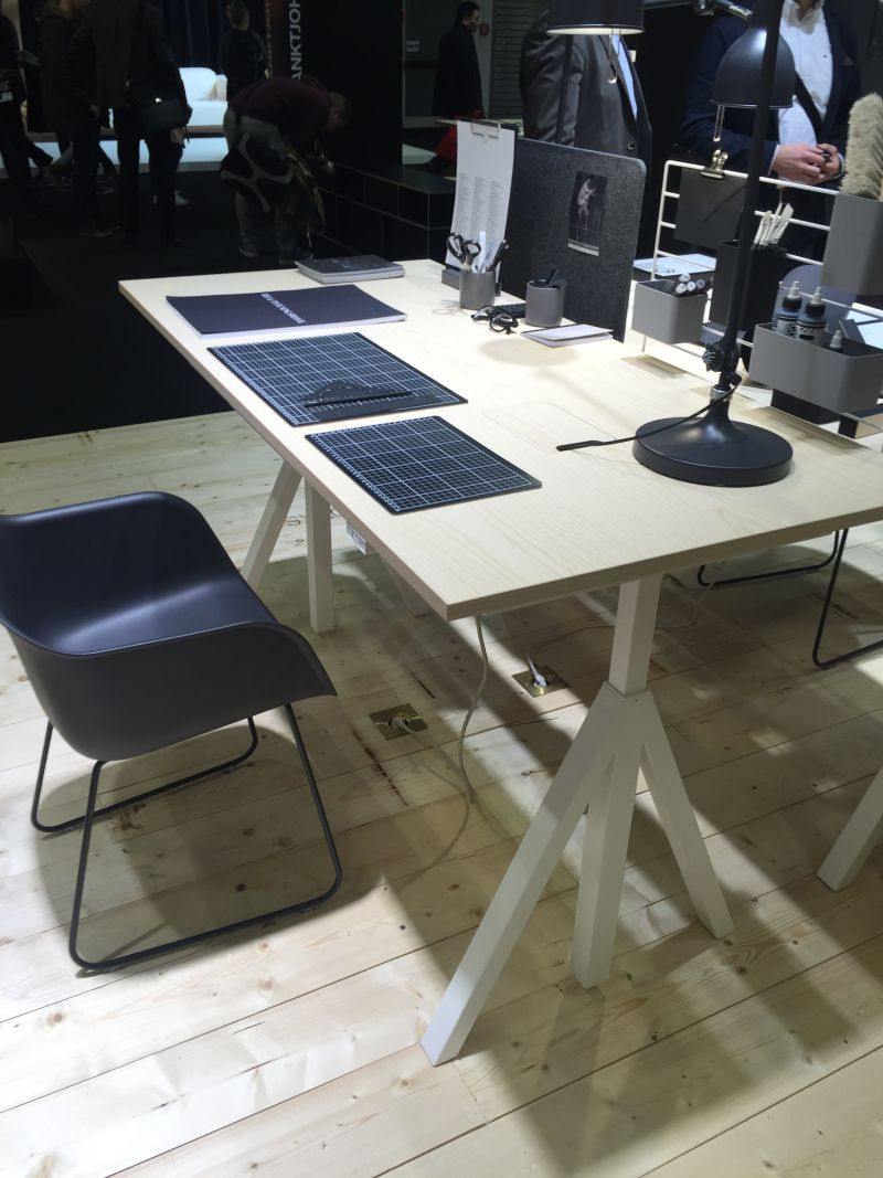 Cool standing desk with privacy