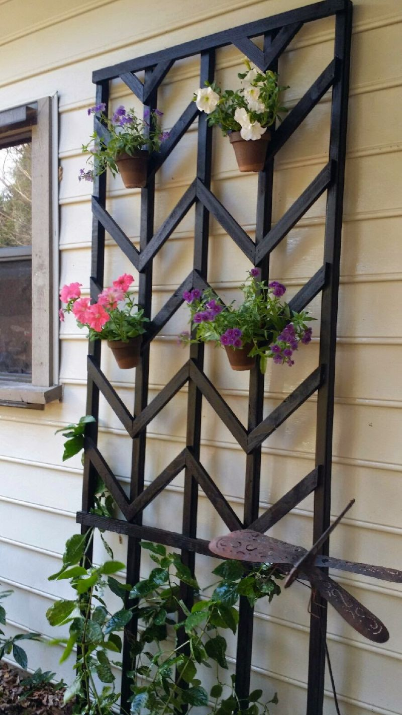 Hang flower pots on trellis