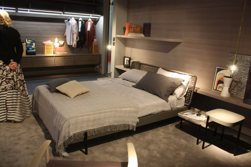 Open space bedroom to wardrobe and wire headboard- and cool hanging lamp