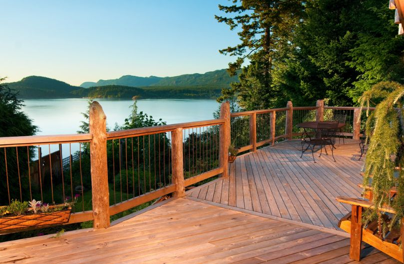 Wood deck railings design for a rustic touch