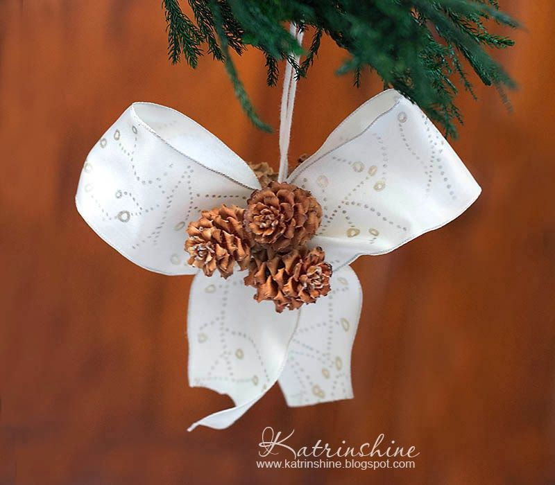 Christmas bow with pine cones