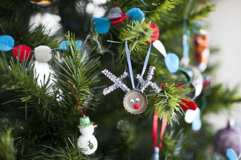 从瓶盖的圣诞树装饰品