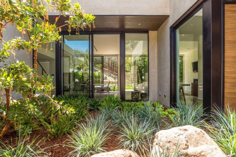 Contemporary home in Californian hillside back garden