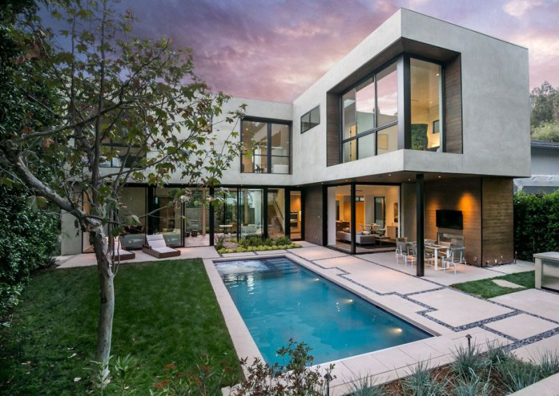 Contemporary home in Californian hillside backyard