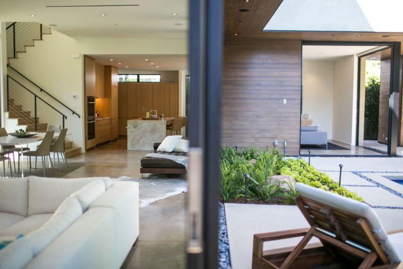 Contemporary home in Californian hillside indoor-outdoor transition