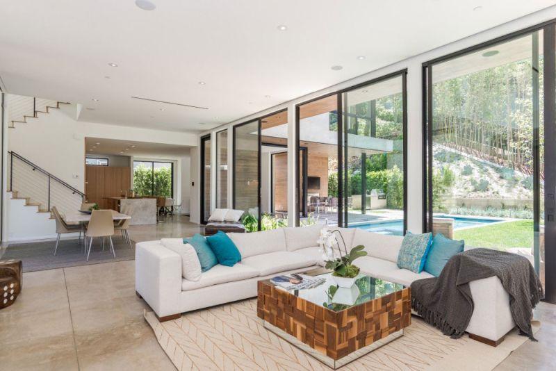 Contemporary home in Californian hillside living area