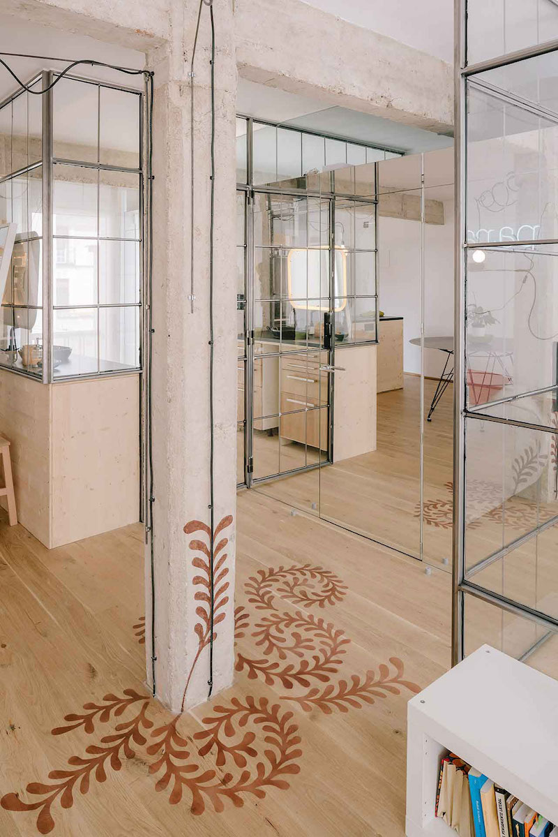 Madrid apartment with no solid walls wood column
