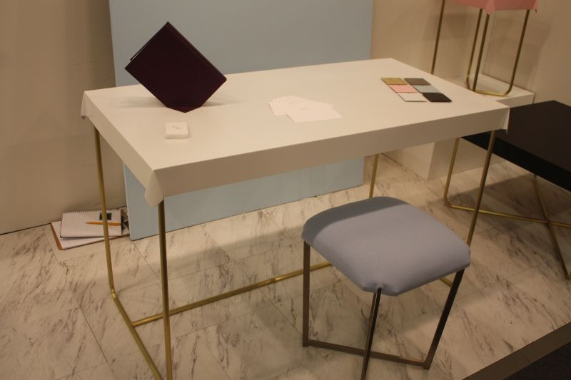 desk-with-gold-base
