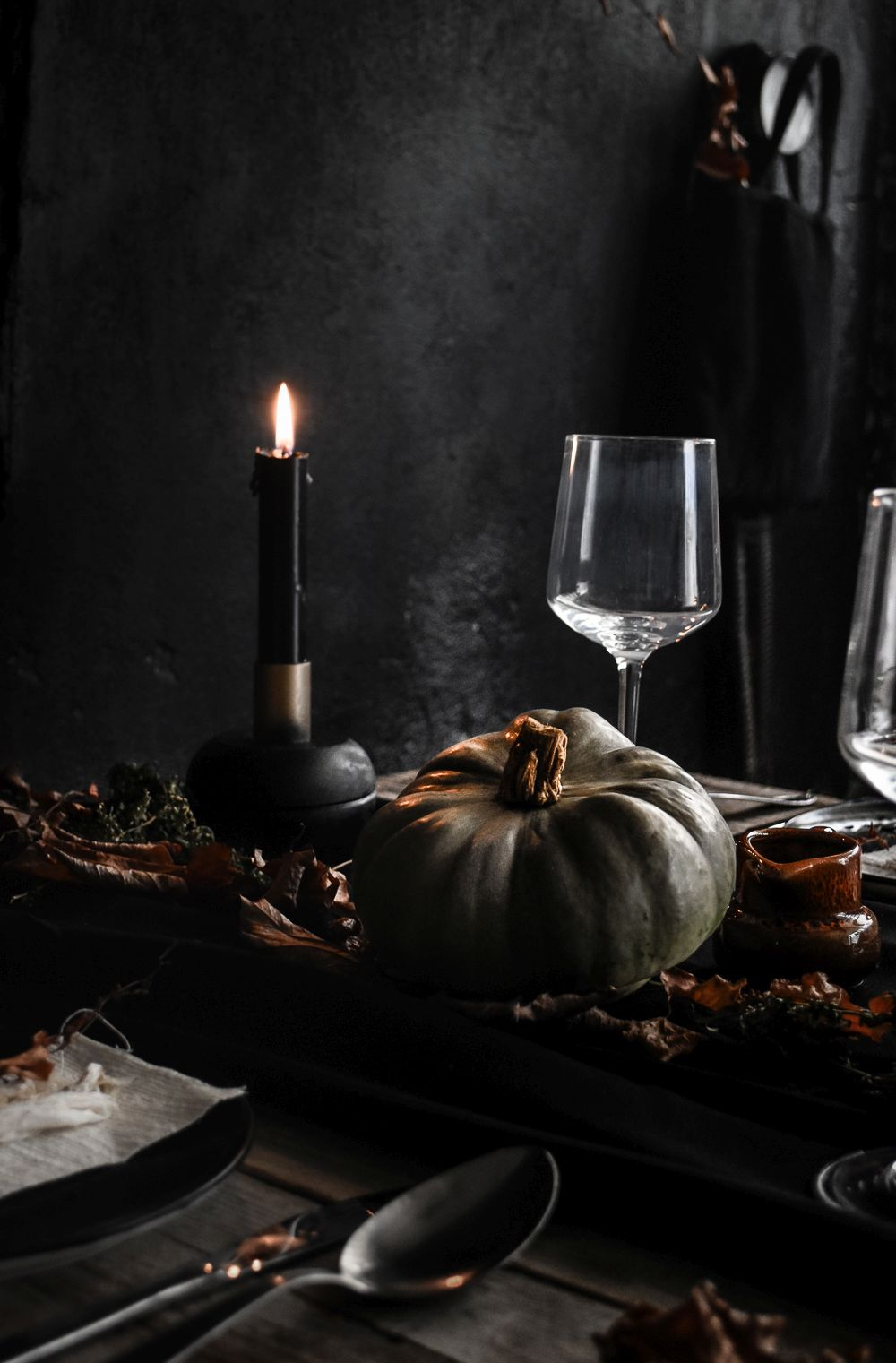 Delicieux Halloween Table Setting Idea   Black Candles And Pumpkin
