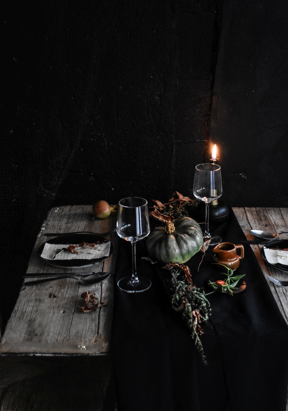 Etonnant Halloween Table Setting Idea   Black Runer