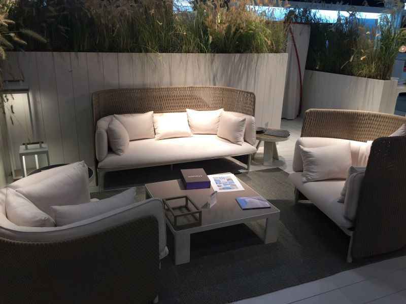 outdoor-furniture-with-decorative-pillows