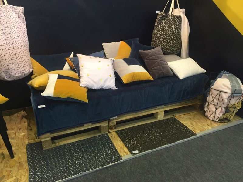 Pallet Couch With Throw Pillows