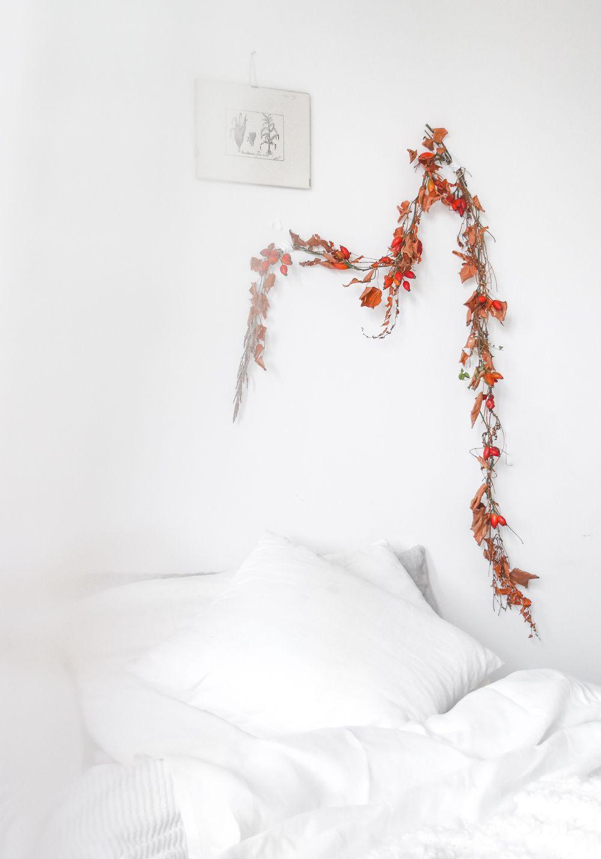 万圣节的季节性花环悬挂在床上