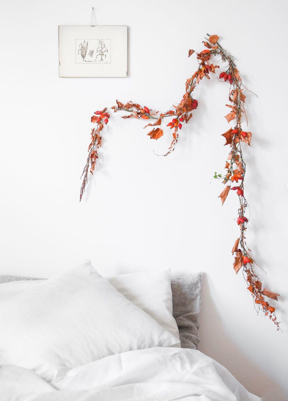 季节性花环为万圣节挂在墙上