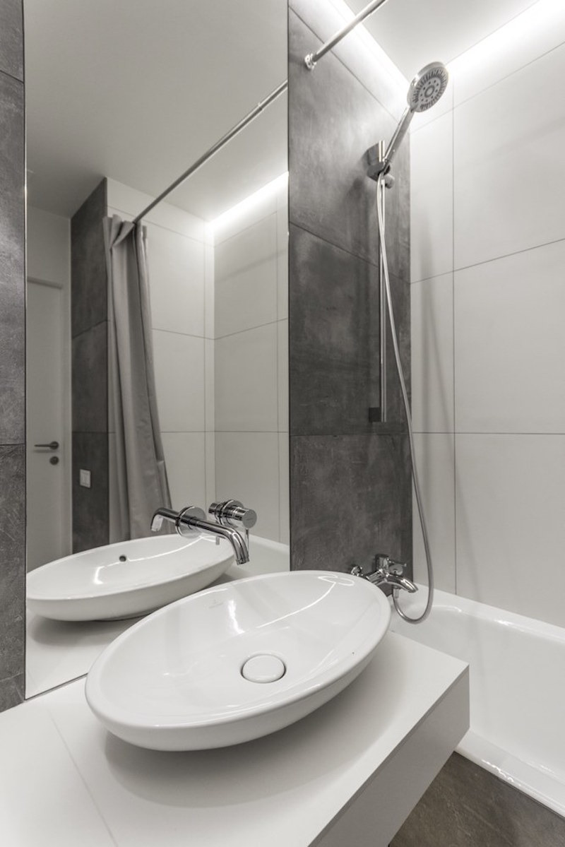 Small apartment in Moscow with bathroom washbasin