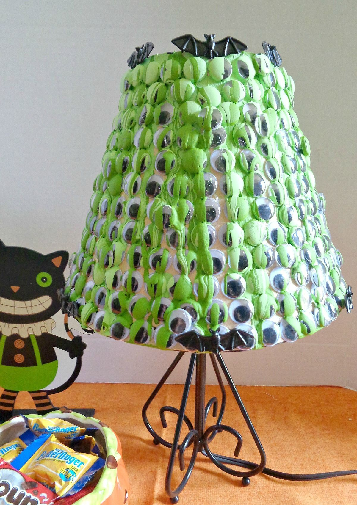 spooky-googly-eye-lampshade-for-halloween